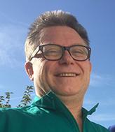 Portrait Dr. Bruckbauer Neufahrn vor blauem Himmel